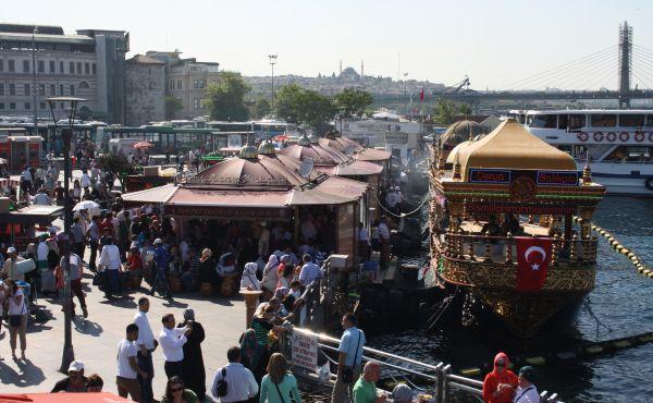 Buntes Treiben Im Hafen von Eminönü