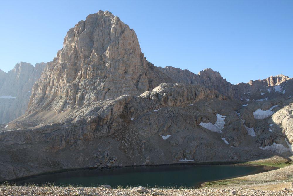 Ein wunderschöner neuer Tag beginnt: Blick vom Yedi Göller-Camp auf Direktaş (3510 m)